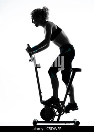 eine Frau, die Radfahren Ausübung Workout Fitness aerobic-Übungen Körperhaltung auf weißem Hintergrund Studio isoliert - Stockfoto