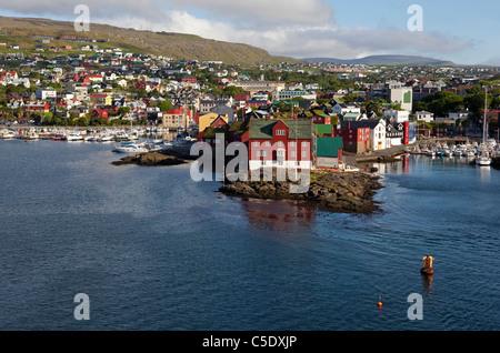 Erhöhte Ansicht der Bürgerhäuser und See in Tórshavn auf den Färöer Inseln - Stockfoto