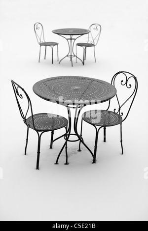 Zwei Metall Gartenstühle auf Terrasse im Regen Stockfoto, Bild ...