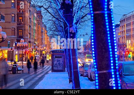 Blick auf eine verzierte Straße entlang der Gebäude während der Weihnachtszeit