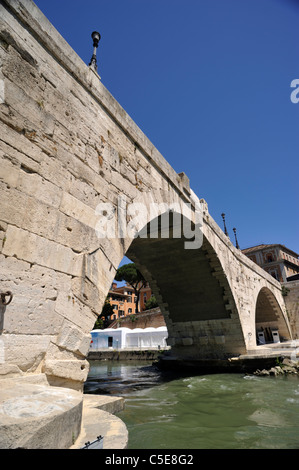 Italien, Rom, Fluss Tiber, Ponte Cestio, alte römische Brücke - Stockfoto