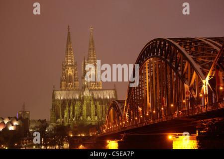 Kölner Dom und Hohenzollernbrücke beleuchtet in Winter, Köln, Nordrhein-Westfalen, Deutschland, Europa - Stockfoto