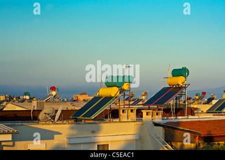 Auf dem Dach Warmwasser Solaranlagen - Stockfoto