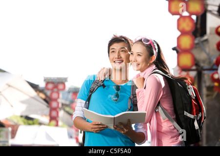 Junges Paar erkunden Dali - Stockfoto
