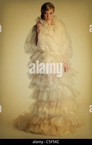 Schöne junge Frau in seidig Kleid - Stockfoto