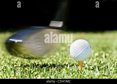 Golf Club wird am Golfball während eines Wettkampfes schwang - Stockfoto