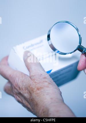 Überprüfung der Arzneimittelverpackung - Stockfoto