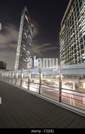 HGH steigt über einen Fußgängerweg im Shidome, Tokio, Japan. - Stockfoto
