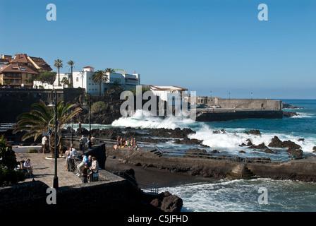 Die Promenade Gegend und Meer Ufer mit brechenden Wellen. Puerto De La Cruz, Teneriffa, Spanien - Stockfoto
