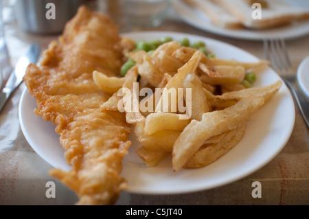 ein teller mit fish chips ist mit erbsenp ree und einen keil von zitrone serviert stockfoto. Black Bedroom Furniture Sets. Home Design Ideas