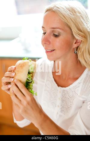 Blonde Mädchen essen gesunde sandwich - Stockfoto