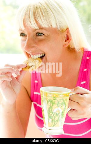 Frau essen Kekse - Stockfoto