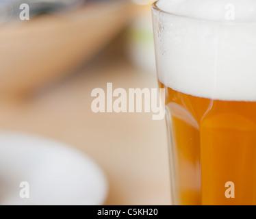 Detail des Draugt Bier im Glas am Tisch im Restaurant - Stockfoto