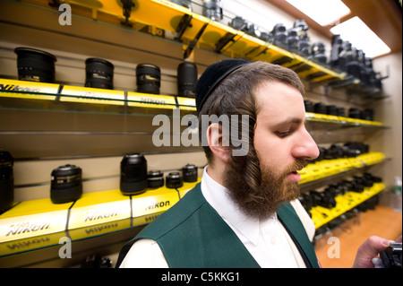 Jüdischer Mann vor einem Nikon-Objektiv in einem Fotogeschäft, New York City anzeigen © Craig M. Eisenberg - Stockfoto