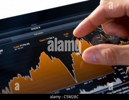 Analyse der Börse Chart auf digitale Tablet PC - Stockfoto