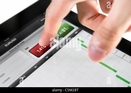 Berühren Button verkaufen an Börse EUR/USD-Paar auf ein Touchscreen-Gerät. - Stockfoto