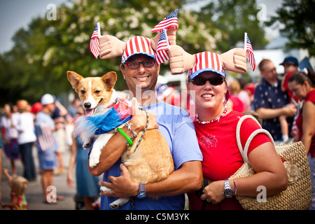 Ein Ehepaar und Hund gekleidet in patriotischen Tracht in der I'On Gemeinschaft 4. Juli Parade. - Stockfoto