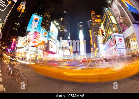 Time Square in der Nacht mit unscharfen gelbes Taxi New York USA fisheye