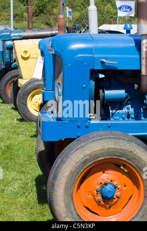 Front aus einer Reihe von Traktoren - Stockfoto
