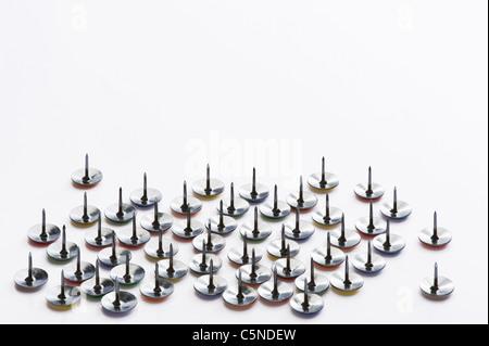 Pins zeichnen auf einer weißen Fläche - Stockfoto