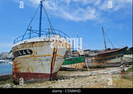 Wracks der kleinen Trawler Fischerboote im Hafen von Camaret-Sur-Mer, Finistère, Bretagne, Frankreich - Stockfoto