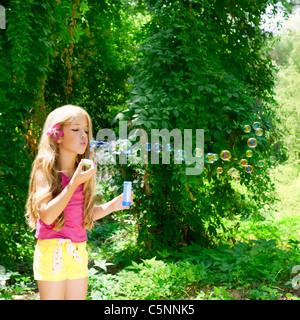 Kinder Seifenblasen in Outdoor-Wald mit Mode rosa Blume - Stockfoto