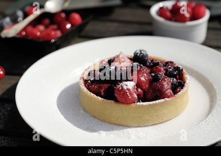 Berry Tart außerhalb auf einem weißen Teller - Stockfoto