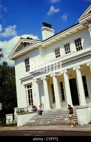 Großes weißes Gebäude mit Säulen in Hampstead, London - Stockfoto