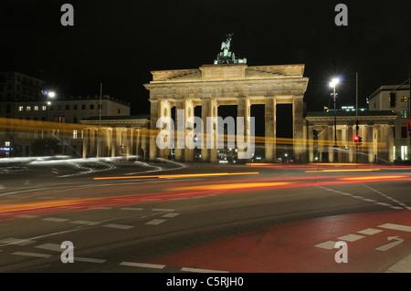 Brandenburger Tor bei Nacht mit Licht Wanderwege, Bonns Regierungsviertel, Berlin, Deutschland, Europa - Stockfoto