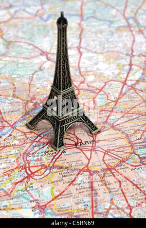 Statue des Eiffelturms auf Karte von Paris - Stockfoto