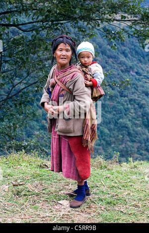 Eine Monpa Frau mit ihrem großen Kind. Arunachal Pradesh, Nordost-Indien. - Stockfoto