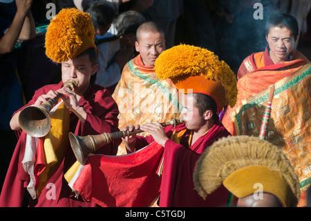Gelben Hut Sekte buddhistische Mönche im Thangka Zeremonie spielen Kanglings, Kloster Kumbum, Huangzhong, Qinghai - Stockfoto
