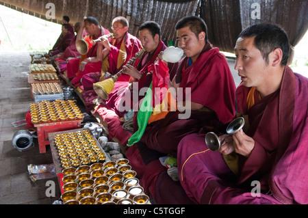 Tibetisch-buddhistische Mönche spielen Instrumente im Sommer Pferd Haar Zelt Arou Ba Temple, Qilian, Qinghai Province, - Stockfoto