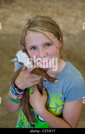 Ein junges Mädchen von 4-H kümmert sich um ihre Zicklein an der Lincoln Grafschaft County Fair, statt in Capitan, - Stockfoto
