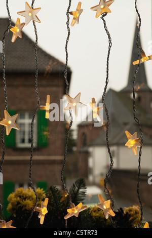 Deutschland, Köln, Großaufnahme von beleuchteten Sternen als Deko für Weihnachten - Stockfoto