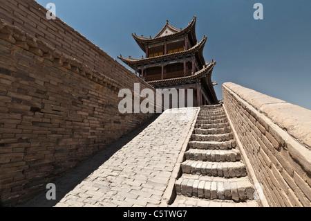 Steinstufen führen zum Seitenanfang Stampflehm Wände in Jiayuguan Fort, Teil von Great Wall Of China, Jiayuguan, - Stockfoto