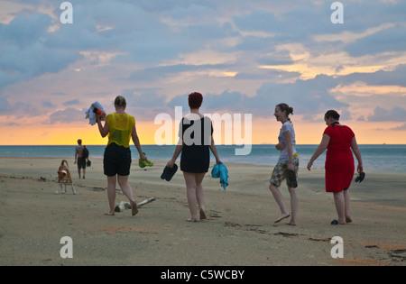 Ein freiwilliger erforscht die Küste von KOH PHRA THONG ISLAND in der Nähe der Ortschaft Ben Löwe - THAILAND - Stockfoto
