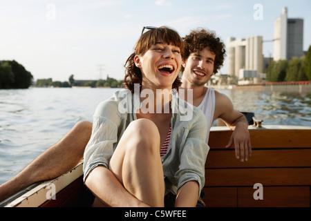 Deutschland, Berlin, junges Paar auf Motorboot, lachen, portrait - Stockfoto
