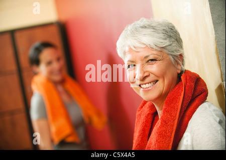 Zwei Frauen in wechselnden Zimmer, Lächeln, Porträt - Stockfoto