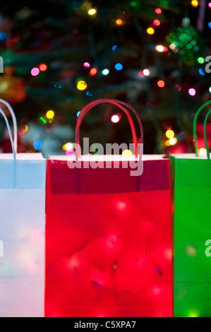 Bunte Weihnachts-Taschen gefüllt mit Weihnachtsbeleuchtung - Stockfoto