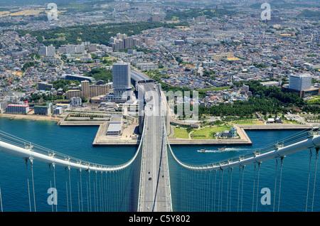 Akashi-Kaikyo-Brücke in Kobe, Japan, betrachtet von fast 300 Metern oben. - Stockfoto