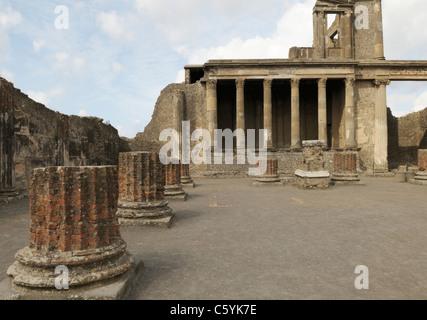 Pompeji-Basilika aus dem 2. Jahrhundert v. Chr..  Das Gebäude diente für Rechtspflege und Beilegung von Streitigkeiten - Stockfoto