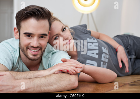 Lächeln, paar umarmend, auf Boden - Stockfoto