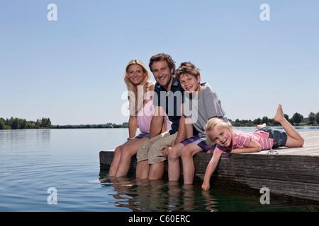 Familie Entspannung zusammen am dock - Stockfoto