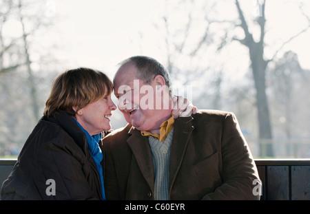 Älteres Ehepaar im freien Stirn berühren - Stockfoto