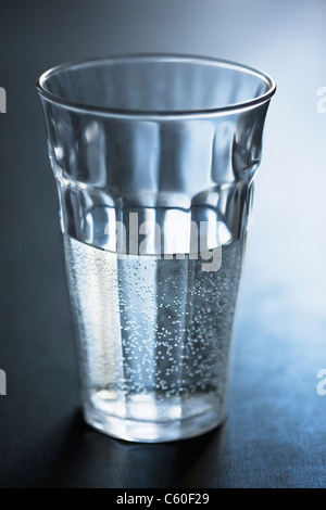 Luftblasen im Glas Wasser - Stockfoto