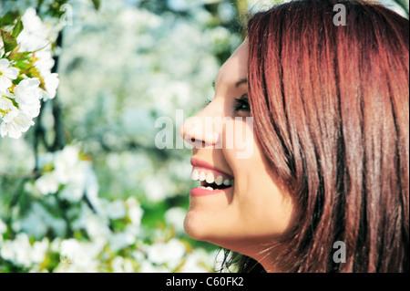 Nahaufnahme von Frau lächelnd im freien - Stockfoto
