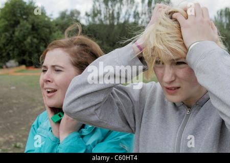 Ängstliche Mädchen gerade ein Spiel im freien - Stockfoto