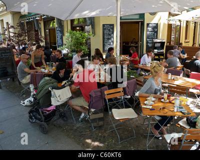 Belebten Straßencafé mit Brunch am Wochenende morgens im Prenzlauer Berg in Berlin Deutschland - Stockfoto