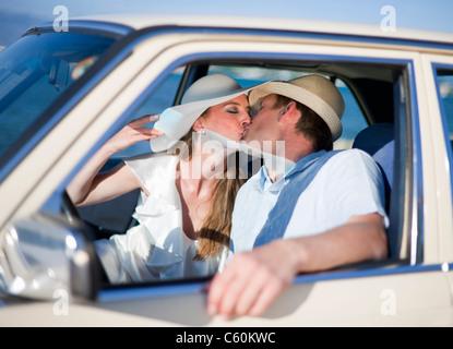 Brautpaar im Auto küssen